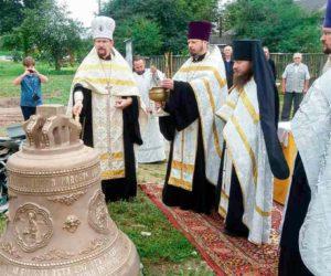 На колокольню Свято-Богоявленского Кутеинского монастыря подняли самый большой колокол в Орше