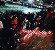 Православная молодежь провела акцию памяти по погибшим в авиакатастрофе в Подмосковье.