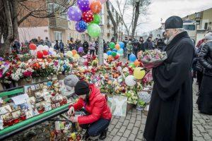 Архиереи Кузбасской митрополии посетили сгоревший торговый центр и оперативный штаб в Кемерове