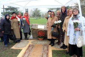 Члены Московского отделения Союза православных женщин приняли участие в торжественной церемонии освящения закладного камня нового Храма в честь святых жен-мироносиц в Москве.