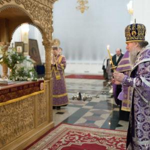 Архиепископ Димитрий совершил вечерню с выносом Плащаницы в Свято-Успенском кафедральном соборе города Витебска