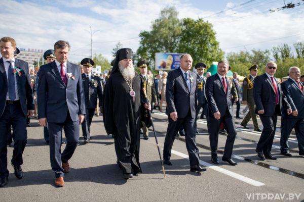Представители духовенства Витебской епархии воглаве сархиепископом Димитрием возложили цветы кглавному монументу наплощади Победы