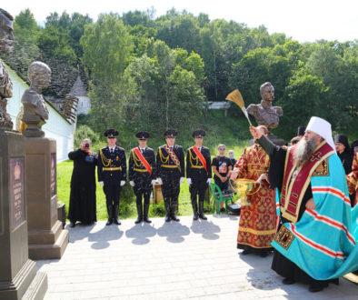 Митрополит Георгий освятил в Вознесенском Печерском монастыре Нижнего Новгорода «Романовскую аллею славы»