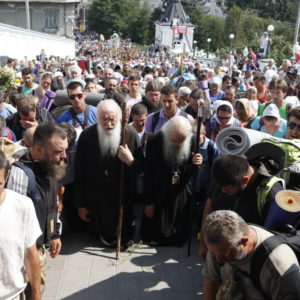 Более 30 тысяч верующих прошли крестным ходом из Каменец-Подольского в Почаев (+видео)