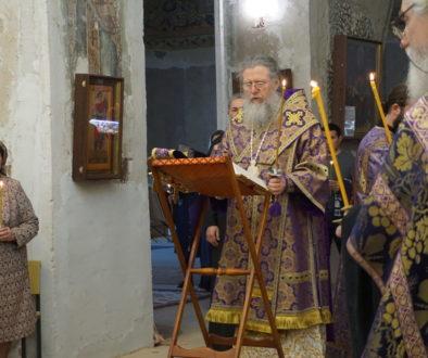 В канун пятницы Страстной седмицы архиепископ Димитрий совершил утреню с чтением двенадцати Страстных Евангелий в храме святой великомученицы Ирины
