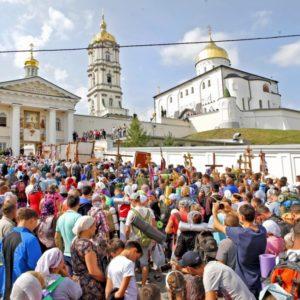 Многотысячный крестный ход из Каменец-Подольского прибыл в Почаевскую лавру
