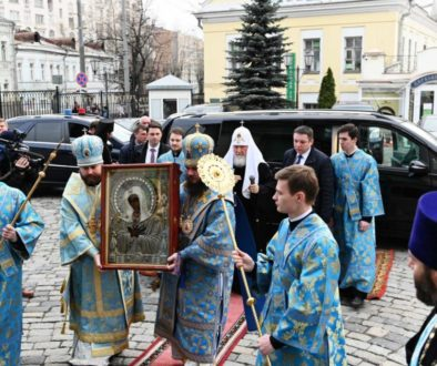 Святейший Патриарх Кирилл совершил объезд Москвы с иконой Божией Матери «Умиление» и возглавил утреню с чтением Акафиста Пресвятой Богородице