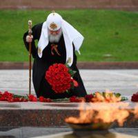 Святейший Патриарх Кирилл возложил цветы к монументу Победы на Поклонной горе