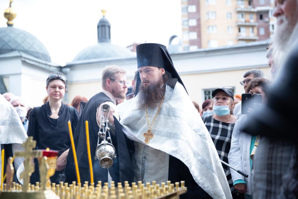 В день 40-летия со дня смерти Владимира Высоцкого у его могилы была совершена панихида