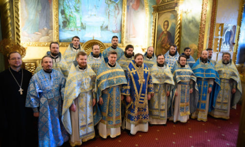 В праздник Сретения Господня православная молодежь столицы приняла участие в богослужении в Богоявленском соборе